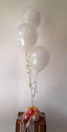 Zwei Herzen für immer vereint. Als GEschenk oder Raumdekoration zur Hochzeit. Die schwebenden Ballons sind an ein Ballongewicht befestigt und können ganz einfach überall platziert werden. Mit Bändern und Tüll verziert. Ceiling Lights, Home Decor, Two Hearts, Simple, Decorating, Wedding, Gifts, Nice Asses, Decoration Home