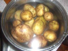 """""""Vyleváte vodu z brambor? Jde však o nesmírnou chybu!"""" – Po přečtení tohoto článku už to nikdy neuděláte - Vite Potatoes, Vegetables, Food, Potato, Veggie Food, Vegetable Recipes, Meals, Veggies"""