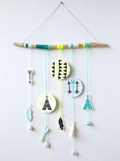 Lass die Kinder auf der Piraten-Party doch was Nettes basteln, was sie dann mit nach Hause nehmen können. Wie wäre es mit diesen schönen Mobiles?   Vielen Dank für diese schöne Idee! Dein balloonas.com  #balloonas #kindergeburtstag #indianer #diy #party Indian Diy, Indian Crafts, Indian Party, Neon Decorations, Diy Tipi, Diy Wall, Yarn Crafts, Crafts For Teens, Diy For Kids