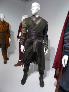 Doctor Strange movie costumes on display. Fantasy Character Design, Character Design Inspiration, Movie Costumes, Cosplay Costumes, Costumes For Men, Doctor Stranger Movie, Mode Alternative, Armadura Medieval, Fantasy Costumes