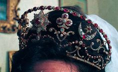 A close up of the Bolin ruby kokoshnic, worn by Penelope Ann Thompson when she wed Lord Ivar Mountbatten in 1994 Royal Crowns, Royal Tiaras, Tiaras And Crowns, Queen Victoria Albert, Royal Jewelry, Royal Weddings, High Society, Hair Ornaments, Crown Jewels