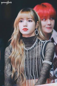 BlackPink Lisa Unnie in MMA s 2018 .Is that Taehyung Oppa at the back ! Blackpink Lisa, Jennie Blackpink, Divas, Kpop Girl Groups, Kpop Girls, Lisa Blackpink Wallpaper, Kim Jisoo, Black Pink Kpop, Blackpink Photos
