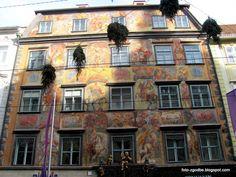 Foto zgodbe: Gradec - Graz, čez Muro in nazaj Austria Country, Graz Austria, Dark Trim, Innsbruck, Old Building, Capital City, House Painting, Cool Places To Visit, House Colors