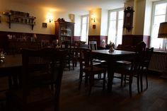 Feine englische Kuchen, Stückchen, dazu eine Tasse heißen Tee. Das alles gibt es in der Stadmitte am Fluss Saarbrücken. Hier einer der Räume im Cafe. Ist es nicht urig und erinnert es nicht auch an den großen Sherlock Holmes.  #stadtmitteamfluss #saarbruecken  #bakerstreet #cafe Baker Street, Sherlock Holmes, Furniture, Home Decor, English Cuisine, River, Cake, Homemade Home Decor, Home Furnishings