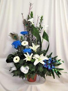 Corbeille 217 – Fleuriste Cléome Arrangement funéraire bleu et blanc Arrangements Funéraires, Funeral, Bob, Table Decorations, Floral Arrangements, White People, Flowers, Bucket Hat, Bobs