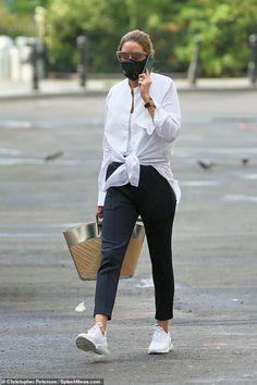 Look Olivia Palermo, Olivia Palermo Street Style, Olivia Palermo Outfit, Olivia Palermo Lookbook, Johannes Huebl, Sneakers Street Style, Crisp White Shirt, Fall Capsule Wardrobe, Black Slacks