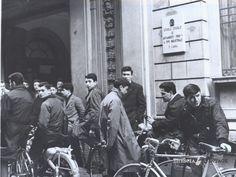 """""""Biciclette e motorini all'uscita da scuola"""" - Moretto - 1956 http://www.bresciavintage.it/brescia-antica/arti-e-mestieri/biciclette-motorini-alluscita-scuola-moretto-1956/"""