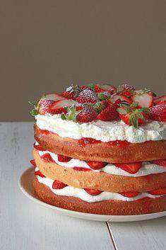 Strawberries and cream sponge cake Strawberry Cakes, Strawberry Recipes, Strawberry Shortcake, Strawberry Birthday Cake, Strawberry Whipped Cream Cake, Strawberry Cake From Scratch, Strawberry Buttercream, Food Cakes, Cupcake Cakes