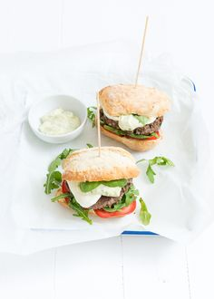 Oh boy deze Italiaanse burger is lekker. Healthy Low Carb Recipes, Healthy Crockpot Recipes, Healthy Diners, Brunch, Good Food, Yummy Food, Gourmet Burgers, Delicious Burgers, Gastronomia