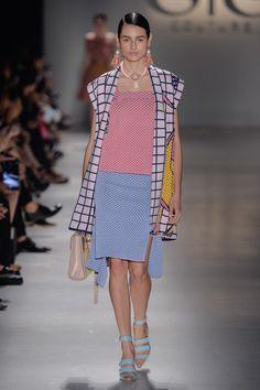 Blazer sem manga estampado de trico rosa claro com azul, blusa rosa claro de trico e saia azul claro de trico no desfile da GIG Couture no São Paulo Fashion Week.  SPFW | VERÃO 2016 Fotos:Agência Fotosite
