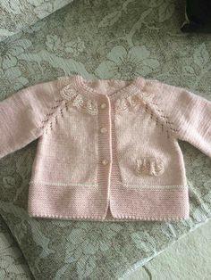 Süslü kızlarımıza çok süslü bir hırka Dantelli inci süslemeli hırka yapımı. 1 yaş alıntıdır Malzemeler : Pembe bebe yünü 3 numara şiş Süslemek için dantel İ Baby Cardigan, Cardigan Pattern, Baby Knitting Patterns, Free Knitting, Sewing Patterns, Baby Girl Sweaters, Niece And Nephew, Kids Wear, Lana