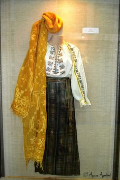 Folk Embroidery, Traditional Dresses, Kimono Top, Outfit Ideas, Daughter, Bohemian, Textiles, Costumes, Crafts