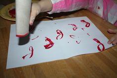 Peinture de bisous avec un rouleau en carton