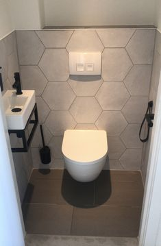- Lilly is Love Small Toilet Room, New Toilet, Small Bathroom, Bad Inspiration, Bathroom Inspiration, Modern Bathroom Design, Bathroom Interior Design, Washbasin Design, Downstairs Toilet