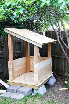 How to build an adorable backyard playhouse for your toddler or child. How to build an adorable backyard playhouse for your toddler or child. It's affordable, easy, and such a fun addition to. Kids Indoor Playhouse, Pallet Playhouse, Backyard Playhouse, Build A Playhouse, Backyard Playground, Backyard For Kids, Backyard Ideas, Kids Outside Playhouse, Outdoor Playhouses