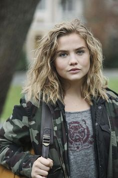 Maddie Hasson - in all honesty she's perfection, but in my book Part Of Me she portrays an insecure high school girl who is bullied by the bad boy. Pretty People, Beautiful People, The Fifth Wave, Foto Top, Celebrity Updates, Danielle Campbell, Female Character Inspiration, Series Premiere, Famous Women