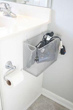 Astuce pour le rangement dans une petite salle de bain avec un panier sur le côté du lavabo