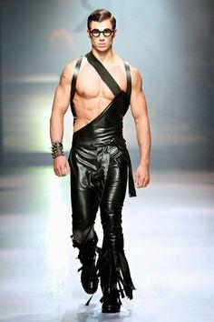 Ruald Rheeder's collection at Mercedes-Benz Fashion Week Joburg Image by SDR Photo Runway Fashion, Fashion Show, Mens Fashion, Fashion Trends, Gothic Fashion, Leather Fashion, Leather Men, Images Esthétiques, Moda Men