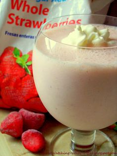 What a healthy start to your day! ~ Strawberry Shortcake Protein Smoothie Good golly Miss Molly! This Strawberry Shortcake Prot. Whey Protein Recipes, Protein Powder Recipes, Protein Foods, Smoothie Drinks, Healthy Smoothies, Smoothie Recipes, Smoothie King, Nutribullet Recipes, Milkshakes