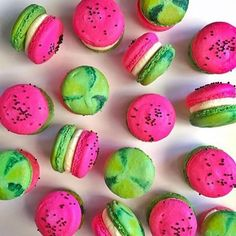 Look at this color, amazing! Watermelon macarons by Beaux Desserts, Cute Desserts, Yummy Treats, Sweet Treats, Watermelon Birthday Parties, Watermelon Cupcakes, Watermelon Fruit, Macaroon Cookies, French Macaroons