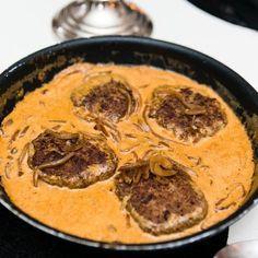 Jag älskar som ni vet husmanskost och skulle kunna äta kåldolmar, kålpudding, köttbullar & potatis varenda dag! Men man måste ju variera sig ;) I går gjorde jag biffar på fantastisk god högrevsfärs och till det en klassisk god gräddsås med lite sockerfri lingonsylt, stekt lök, vitkålssallad och kokt blomkål. Yum yum yum! Relaterade