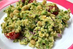 Recipe for a Super Healthy Sunday: chickpea salad with quinoa and cherry tomatoes.
