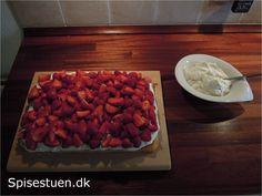 Lækker mazarinkage med sød vanille creme og friske jordbær. Jordbær kan erstattes af andre bær, eller man kan blande forskellige bær. Man kan med fordel bage mazarin-bunden og lave vanille cremen(…