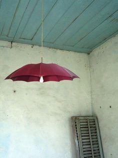 repurposed umbrella lamp (I bet I could use antique umbrellas/parasols! Diy Luz, Luminaire Original, Diy Luminaire, Umbrella Lights, Parasols, Ideias Diy, Lamp Shades, Light Shades, Decoration