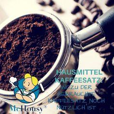 Zum Frühstück ein frisch gekochter Kaffee ist für Viele Pflichtprogramm. ☕ Der Kaffeesatz verschwindet anschließend unachtsam im Biomüll. Schade!  Denn als bewährtes Hausmittel macht der benutzte Kaffeesatz auch eine gute Figur.  Wozu der alte Kaffeesatz alles gut ist? McHousy verrät es dir! 8| ➡Kaffee im Kampf gegen unangenehme Gerüche Das aromatische Kaffeepulver neutralisiert eklige Gerüche in Küche und Co. Einfach ein wenig Kaffeepulver in eine kleine Schale geben (oder den benutzten…