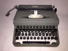 Tragbare mechanische Reiseschreibmaschine der Marke Triumph,Modell «Durabel», Seriennummer 702446, um 1951,Triumph Werke Nürnberg A.G. Nürnberg, GermanyDie Schreibmaschine funktioniert reibungslos und befindet sichin einem sehr gut erhaltenen Zustand mit altersbedingtenGebrauchsspuren, siehe Fotos. Originalkoffer mit Kofferverschlussund Farbband sind mit dabei. Ein besonderes Kollektionsstückfür jeden Sammler.Maße mit Koffer ca. 37,0 cm x 36,0 cm x 15,0 cmGewicht ca. 6,4 kg