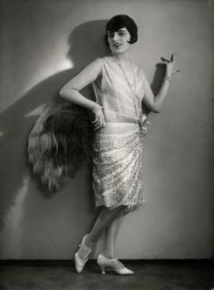 Kittyinva: 1928 Sparkle fringe evening dress from Fashion Archive. 1920s Flapper, Flapper Style, Style Année 20, 20s Style, 1920s Fashion Photography, Vintage Outfits, Vintage Fashion, Black Shadow, Roaring Twenties