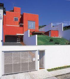 Moderna sim, branca jamais: uma casa moderna, sem telhados, mas ao invés do óbvio branco para um projeto como este, o arquiteto Ricardo Miura coloriu os volumes com textura terracota Terracor Originale.