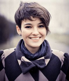 40 Best Edgy Haircuts Ideas to Upgrade Your Usual Styles - Kurze Haare Frauen Edgy Haircuts, Short Hairstyles For Thick Hair, Round Face Haircuts, Hairstyles For Round Faces, Pixie Hairstyles, Curly Hair Styles, Pixie Haircuts, Trendy Hairstyles, Braided Hairstyles