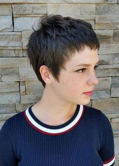 How to style the Pixie cut? Despite what we think of short cuts , it is possible to play with his hair and to style his Pixie cut as he pleases. Chic Short Hair, Short Blonde Pixie, Short Hair Cuts, Short Cropped Hair, Haircut For Older Women, Pixie Hairstyles, Short Hairstyles For Women, Female Hairstyles, Pixie Cut Styles
