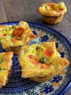 Mini caprese quiches - je kunt ze zo uit de hand eten. Leuk voor bij een buffet bijvoorbeeld