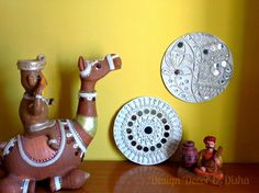 Lippan kaam (Mud Mirror art) from Kutch Gujarat, India - Lippan designs made at… Clay Wall Art, Mural Wall Art, Murals, Indian Ceramics, Clay Art Projects, Indian Folk Art, Indian Crafts, Art N Craft, Mirror Art