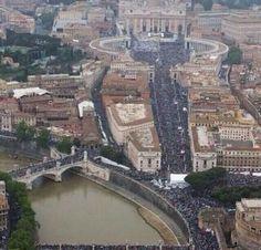 zarpada foto de la multitud esta mañana en el vaticano para la misa de los dos nuevos santos #JuanXXIII #JuanPabloII