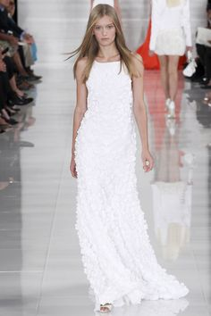 Les robes blanches de la Fashion Week printemps-été 2014: Ralph Lauren http://www.vogue.fr/mariage/inspirations/diaporama/les-robes-blanches-de-la-fashion-week-printemps-ete-2014/15627/image/870725#!mariage-les-robes-de-mariee-de-la-fashion-week-ralph-lauren