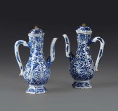 Two coffee pots in white and blue porcelain, China Qing dynasty, 18th century - [...], Taste, Furniture and Residences, An Italian Collection (Genova) à Cambi Casa d'Aste | Auction.fr