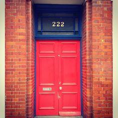 Terug in België maar ik heb nog een tweetal Londense exemplaren die ik kan delen. Deze deur (62/365) combineert twee liefdes, een voor felle kleuren en een voor cijfers. #london #cijferfetisjisme