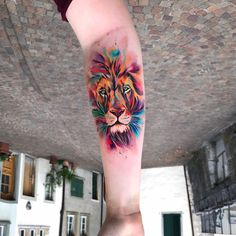 Tatuagem criada por Ondrash da República Tcheca. Leão colorido no antebraço/