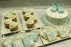 Tarta botitas patucos bautizo, galletas y cupcakes
