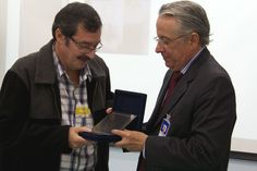 Dr. Renilson Rehem, entrega a placa de homenagem ao Pediatra do Hospital de Base, Dr. João Rodrigues de Almeida Neto.