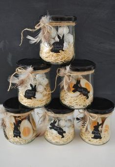 Easter nests in a jar from mamas kram. Fill the jar with wood shavings and Easter sweets and decorate with a piece of string and a few feathers. Make a bunny label from chalkboard contact paper. You can write down short messages or the name of the recipie Easter Party, Easter Gift, Happy Easter, Easter Bunny, Easter Eggs, Easter Presents, Easter Table, Spring Decoration, Diy Easter Decorations