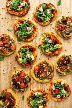 Vegan mini pizzas - Lazy Cat Kitchen - Snacks für Kinder - mini vegan pizzas board You are in the right place about pizza Here we offer you the most beautiful - Vegan Feta Cheese, Vegan Pesto, Mini Pizzas, Clean Eating Snacks, Healthy Eating, Pizza Vegana, Vegan Party Food, Vegan Food, Lazy Cat Kitchen