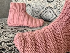 Great free knitting pattern for beginners! Knit flat with no extra needles, or complicated knitting stitches. Includes links to how-to knitting videos. Crochet Patterns For Beginners, Knitting Patterns Free, Free Knitting, Knitting Socks, Knit Socks, Knitting Machine, Knit Patterns, Stitch Patterns, Knit Slippers Free Pattern