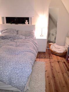 Ein Helles Schlafzimmer Mit Einem Großen Pax Kleiderschrank Mit ... Ikea Schlafzimmer Beige
