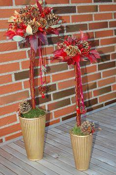 Træer af kornelgrene, rød vinblade, kogler, mariebær og bonsaitråd.