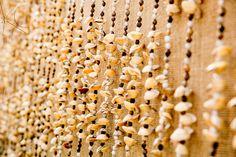 Cortina de conchas do mar (seashells curtain). Inspiração para decoração tropical com elementos naturais (Tropical Decor Inspiration with natural elements) por Katia Criscuolo   #tropicalidade #BrasilidadeSofisticada #brasilidade #elementosnaturais #tropicaldecor #weddingidea #weddingdestination