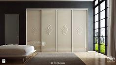 duża szafa do sypialni z przesuwanymi drzwiami